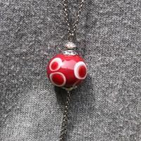 Perle rouge à pois
